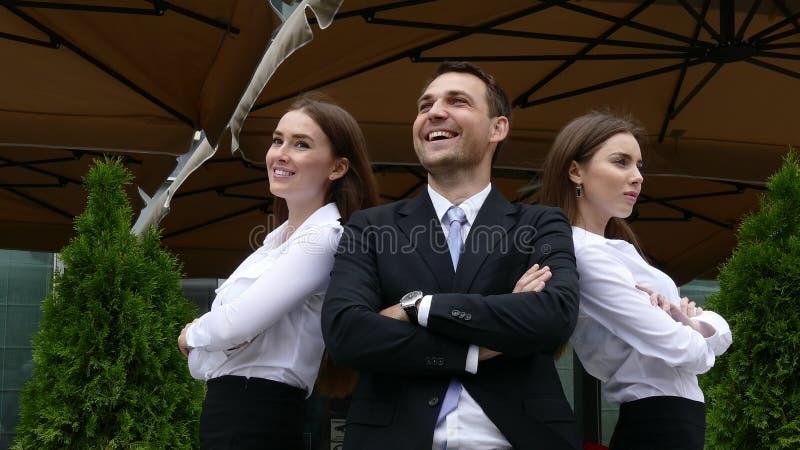 Groep zekere professionele managers die zich voor bevinden van royalty-vrije stock afbeeldingen