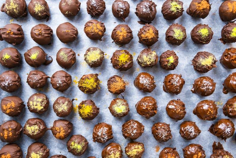 Groep zoete en smakelijke eigengemaakte chocoladeballen op een steunend document stock foto