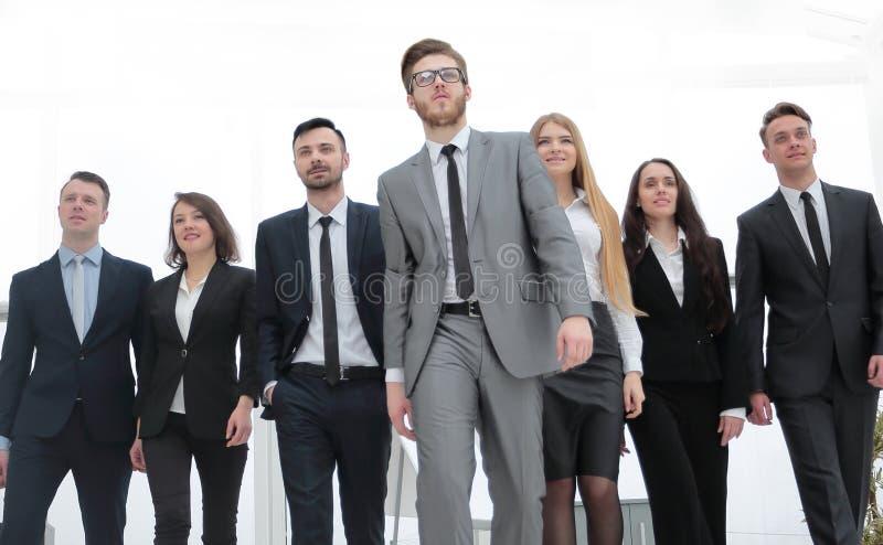 Groepeer foto een leider en een groep bedrijfsmensen stock afbeelding