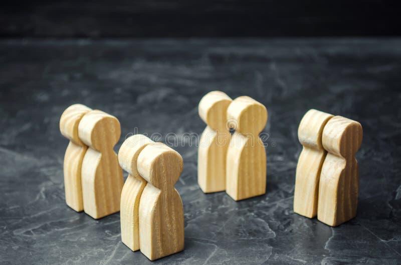 Groepen houten mensen Het concept marktsegmentatie Marketing segmentatie, doelpubliek, klantenzorg Marktgroep stock foto