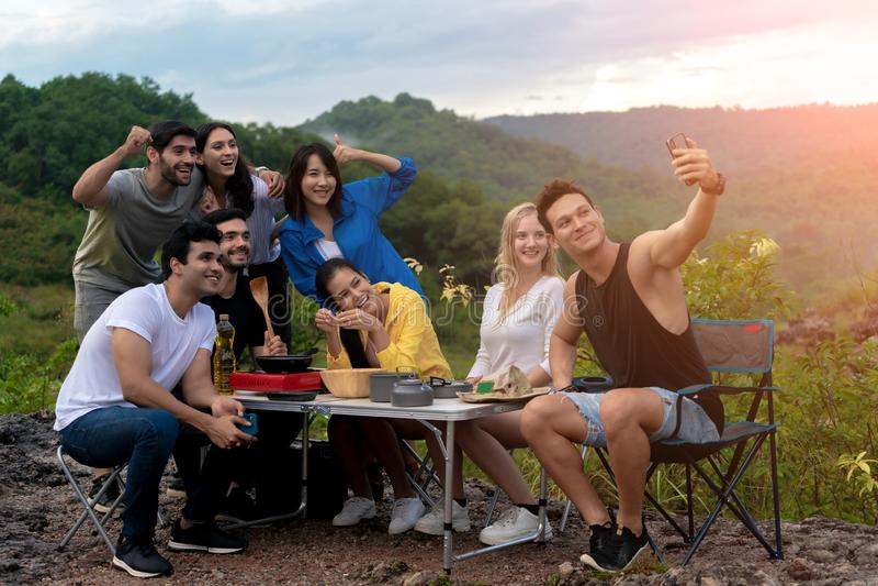 Groepen Multiculturalisme Friends Relaxing zijn vrolijk buiten de Camping van Tenten royalty-vrije stock fotografie