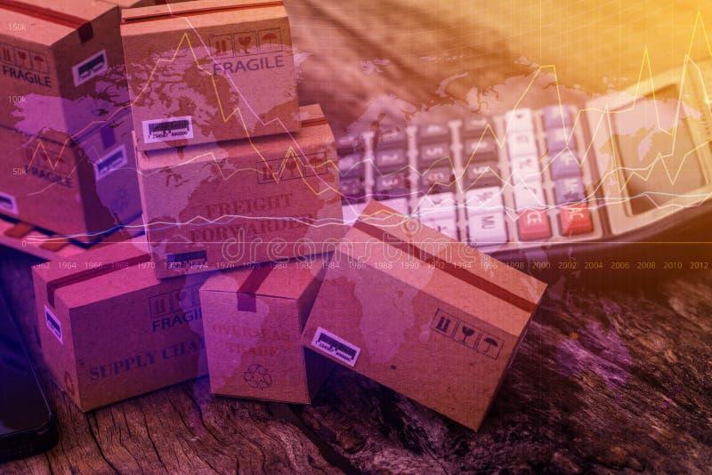 Groeperende kartonvakjes en een calculator op houten lijst Technisch royalty-vrije stock afbeelding