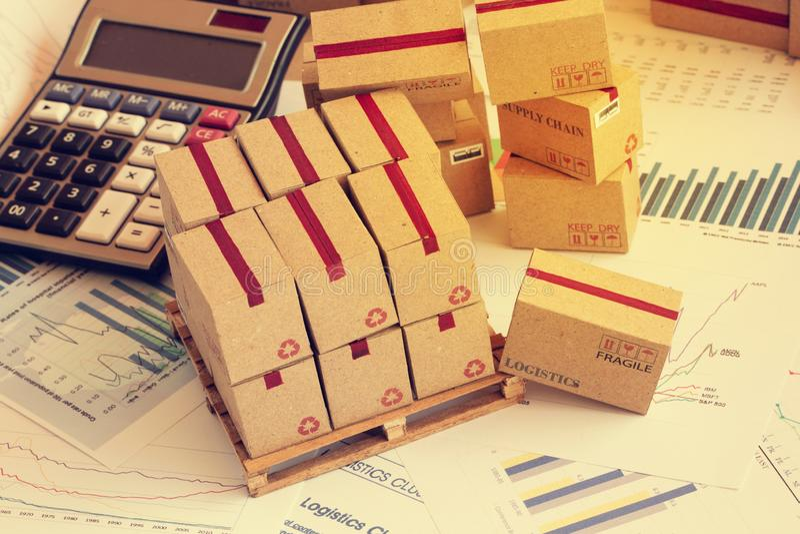 Groepering van financiële investeringsproducten op houten pallet Concep royalty-vrije stock afbeelding