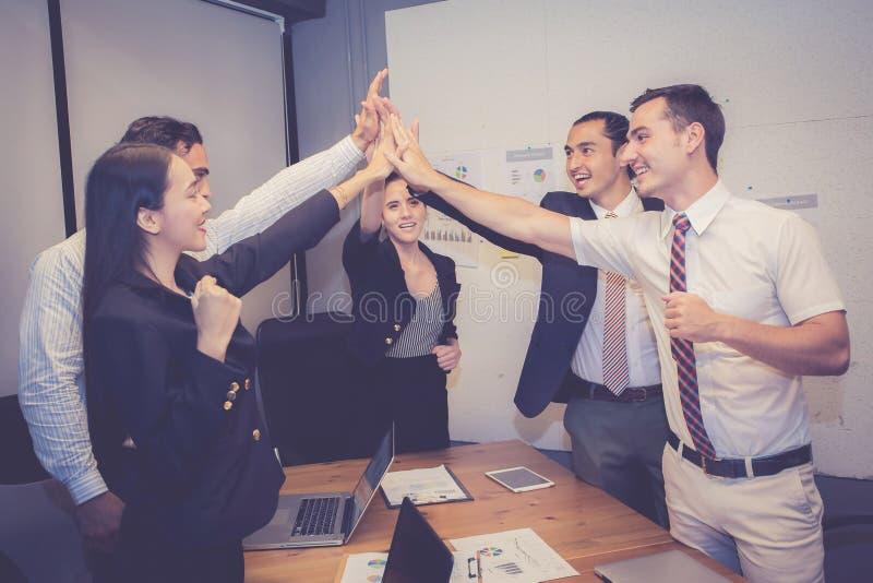 Groeps bedrijfs Aziatisch mensenteam met succesgebaar die hallo vijf in de vergadering, overeenkomst geven royalty-vrije stock fotografie