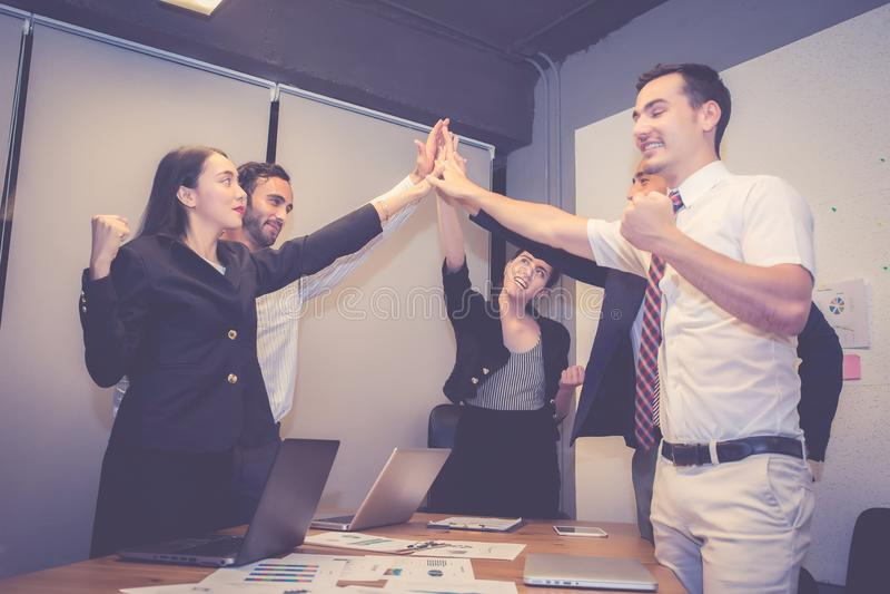 Groeps bedrijfs Aziatisch mensenteam met succesgebaar die hallo vijf in de vergadering, overeenkomst met het werkgroepswerk samen stock foto