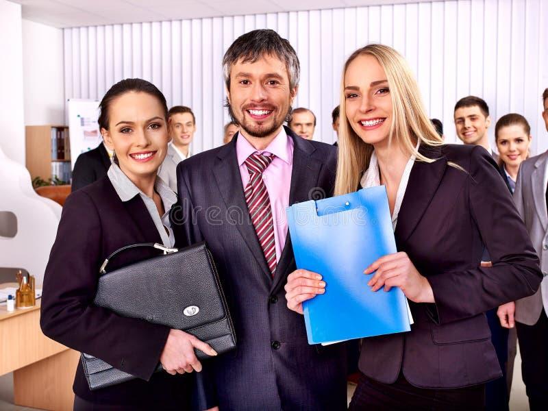 Groeps bedrijfsmensen in bureau stock afbeelding
