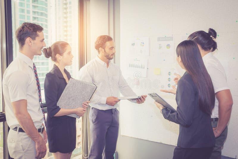 Groeps bedrijfsmensen die bespreking en uitwisseling van ideeën van het werken metting stock foto