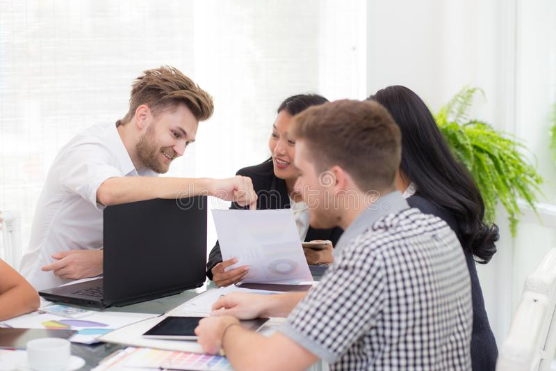 Groeps Bedrijfsmensen die laptop tijdens een vergadering voor presentatie bekijken stock foto