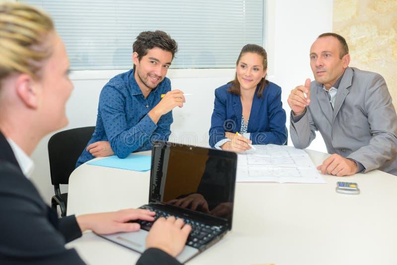 Groeps bedrijfsmensen die vergadering in bureau hebben royalty-vrije stock foto