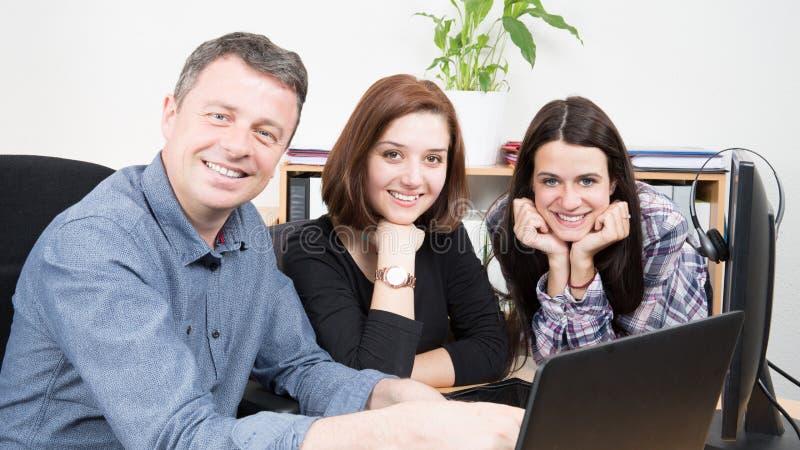 Groeps Bedrijfsmensenondernemers die de Samenhorigheidsconcept werken die van het Besprekingsgroepswerk laptop met behulp van royalty-vrije stock foto's