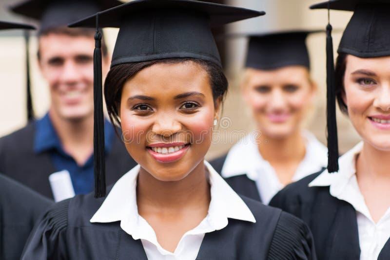 Groeps mensen met universitaire diploma's royalty-vrije stock afbeelding