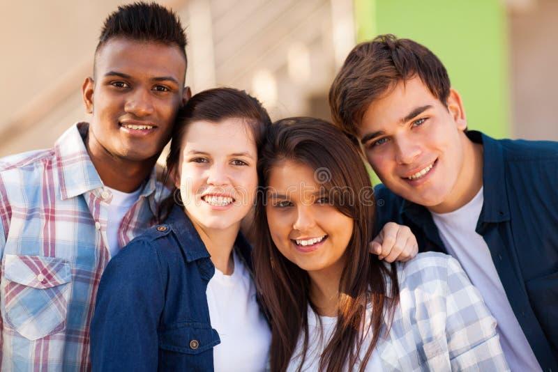 Groeps tienervrienden stock afbeeldingen