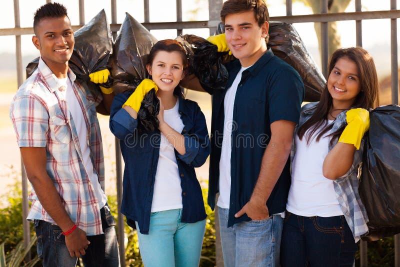 Groeps tienervrijwilligers stock foto