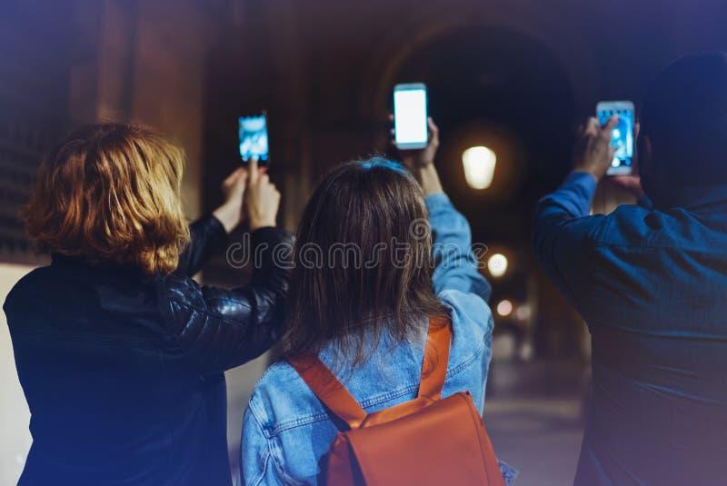 Groeps volwassen hipsters samen gebruikend in handen mobiele telefoonclose-up, concept van straat het online WiFi Internet, blogg royalty-vrije stock fotografie