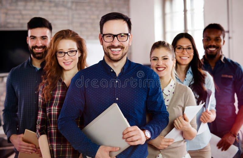 Groepsbeeld van team van succesvolle en zekere ontwerpers stock afbeelding