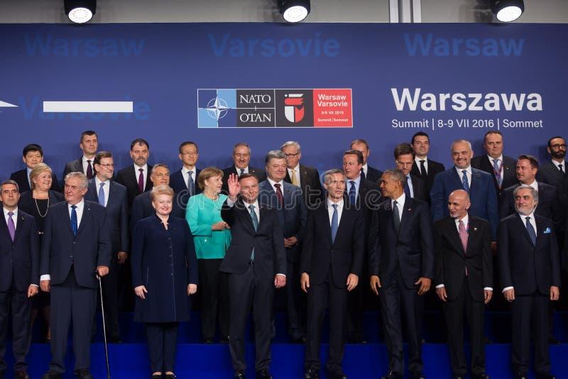 Groepsfoto van deelnemers van de NAVO top in Warshau stock fotografie