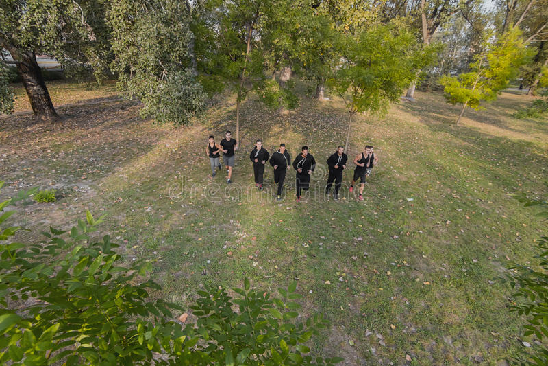 Groepsjogging Jongeren die in park lopen Mensen die outd lopen royalty-vrije stock foto