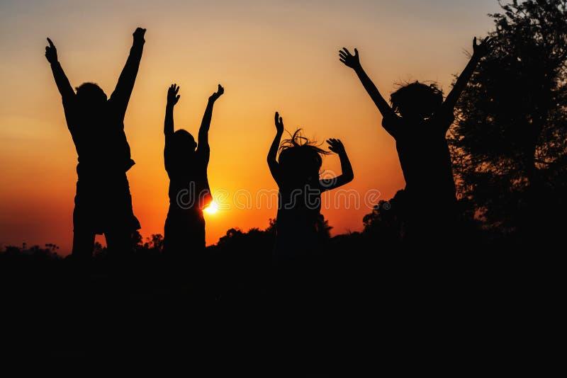 groepsmensen die silhouet springen royalty-vrije stock foto's