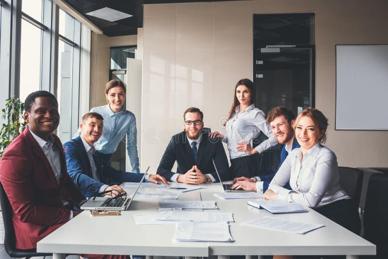 Groepsportret van een professioneel commercieel team die vol vertrouwen camera bekijken stock foto
