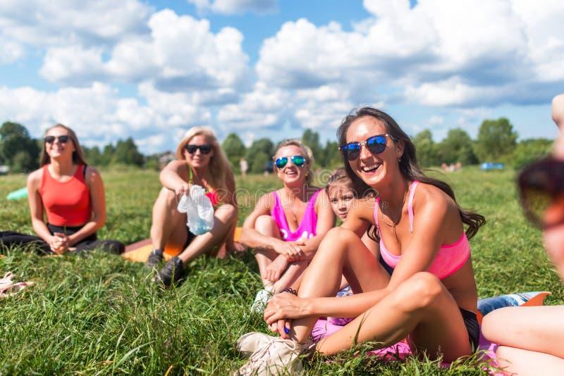 Groepsportret van het glimlachen vriendenvriendschap, vrije tijd, de zomer stock afbeelding