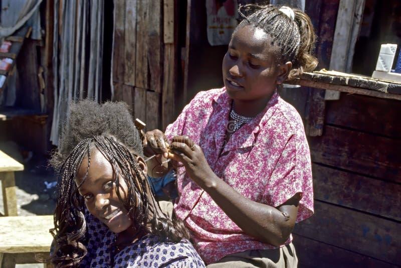 Groepsportret van kapper en lachende klant stock afbeeldingen