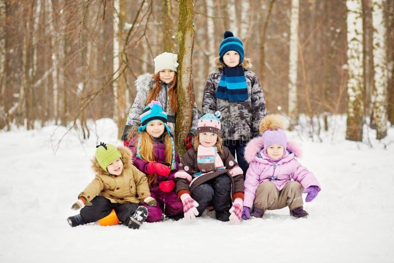 Groepsportret van kinderen in de winterpark royalty-vrije stock afbeeldingen