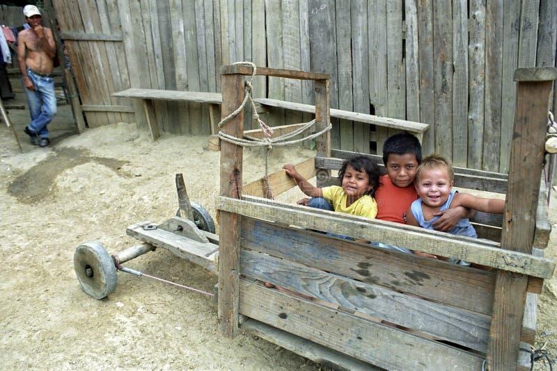 Groepsportret van Latino kinderen die in soapbox spelen stock foto's