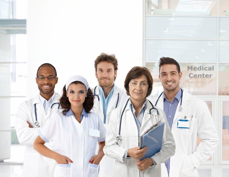 Groepsportret van medisch personeel bij kliniek stock foto