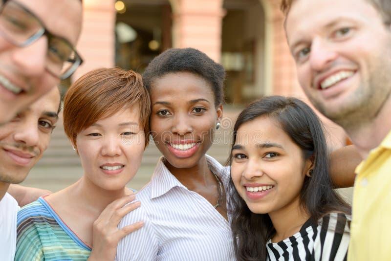 Groepsportret van multiculturele jongeren stock afbeelding
