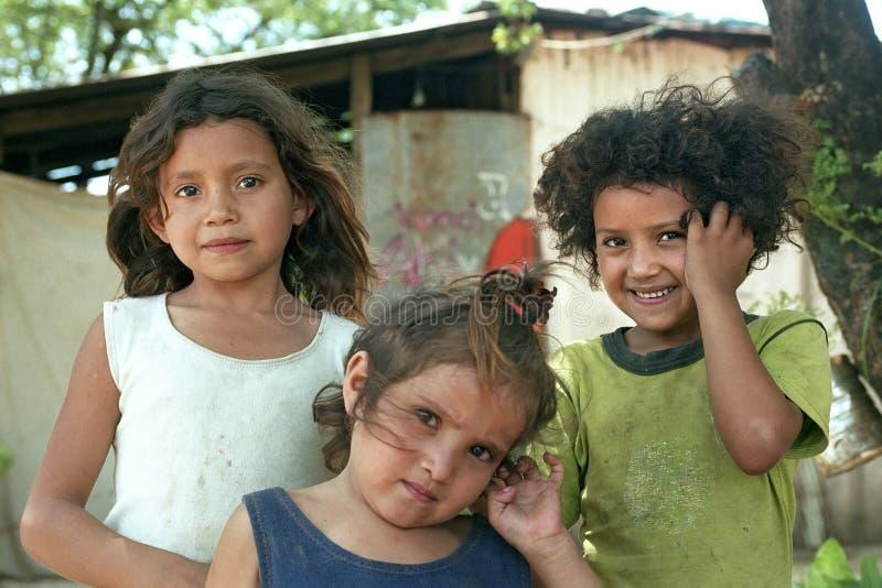 Groepsportret van slechte Paraguayaanse meisjes in krottenwijk stock foto's