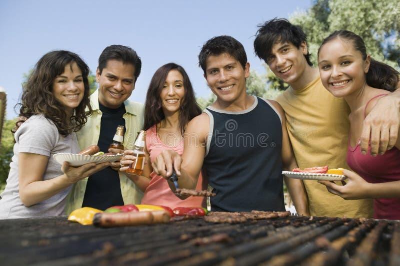 Groepsportret van Toevallige Vrienden die van een Barbecue genieten royalty-vrije stock afbeeldingen