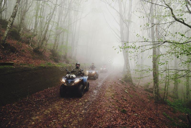 Groepsreizen op Vierlingfiets in de Mist royalty-vrije stock foto