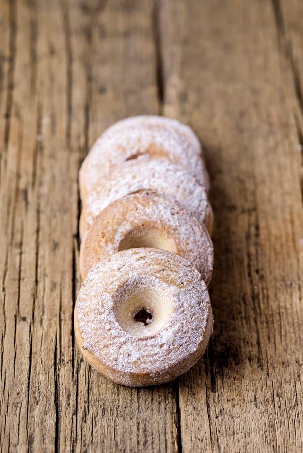 Groepsstapel Boter Eigengemaakte Koekjes op een Houten Achtergrond Smakelijke Dessert Smakelijke die Koekjes met Sugar Powder Ver royalty-vrije stock foto's