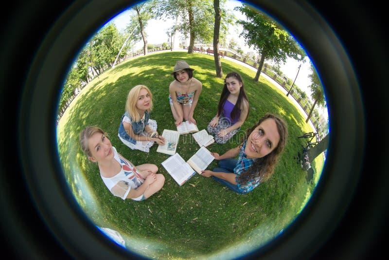 Groepsstudent met boek royalty-vrije stock afbeeldingen