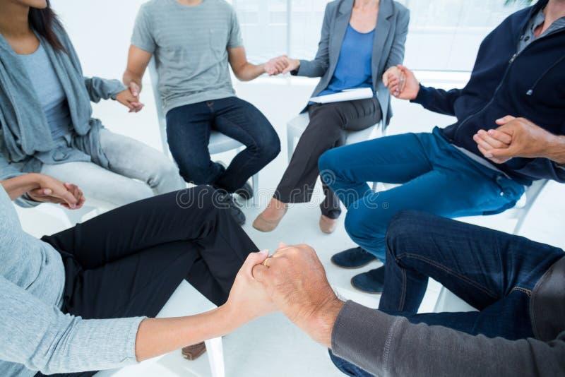 Groepstherapie in zittingszitting in een cirkel stock foto