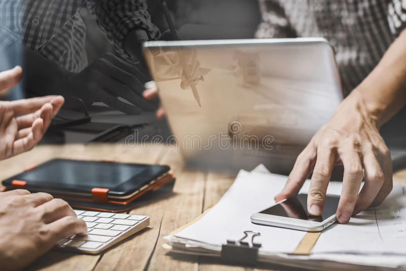 Groepswerk bedrijfsadvocaatvergadering met wettelijke computerconferentie royalty-vrije stock foto's