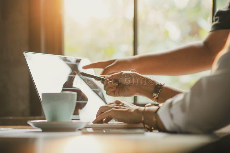 Groepswerk, brainstormingsconcept Jong creatief managersteam die met nieuw startproject in modern bureau werken eigentijds stock afbeelding