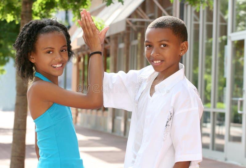 Groepswerk: De Afrikaans-Amerikaanse Vrienden van de Tiener royalty-vrije stock foto's
