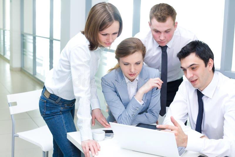 Groepswerk in het bureau stock foto