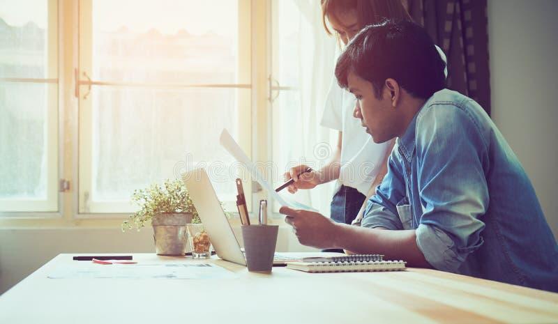 Groepswerk, Jonge onderneemster in bureau in toevallig overhemd Het selecteren van informatie met collega's met een computer op d royalty-vrije stock fotografie