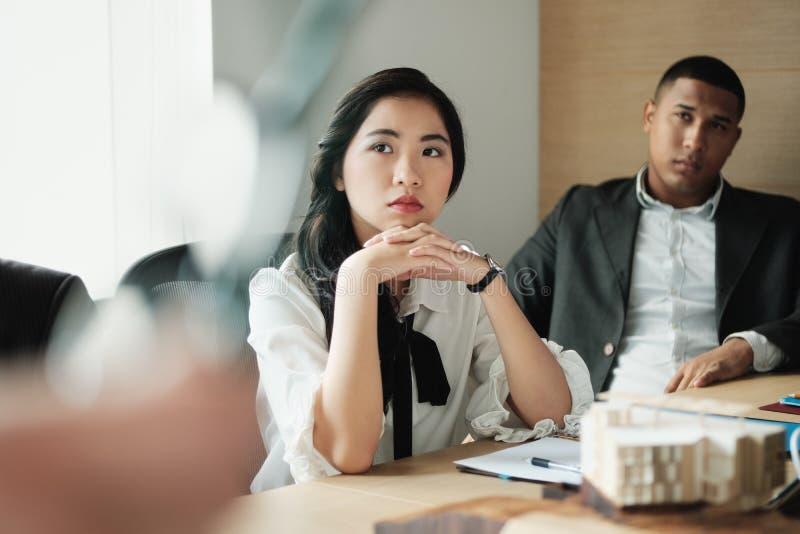 Groepswerk met Jonge Aziatische Bedrijfsvrouw en Zwarte Zakenman stock afbeeldingen