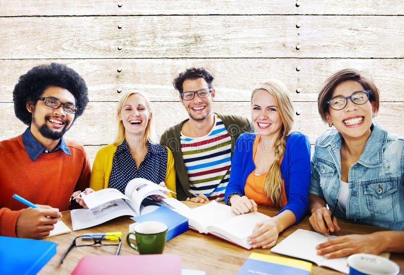 Groepswerk Toevallig Vrolijk Brainstorming het Leren Concept stock foto's
