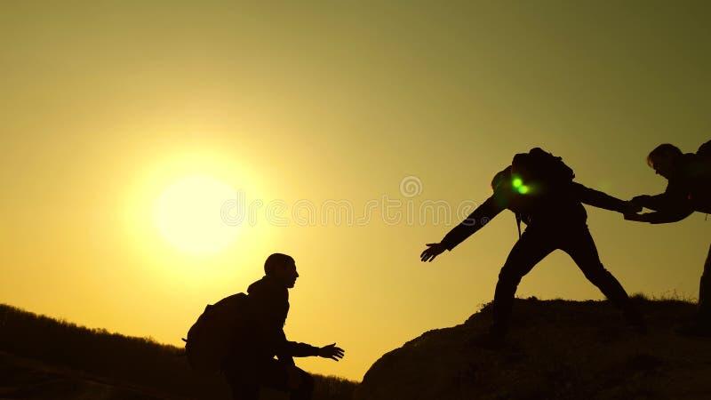 Groepswerk van bedrijfsmensen de reizigers beklimmen achter elkaar op rots Gezamenlijke zaken Langzame Motie climbers stock foto's