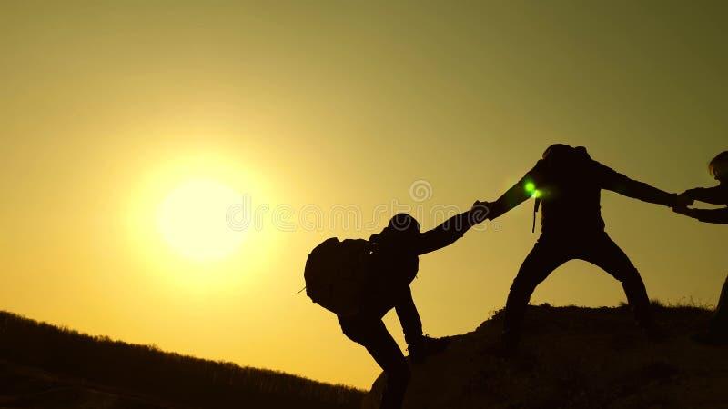 Groepswerk van bedrijfsmensen de reizigers beklimmen achter elkaar op rots Gezamenlijke zaken Langzame Motie climbers stock foto