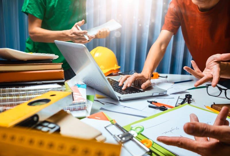 Groepswerk van de werkende vergadering van de bedrijfsmensencontractant in offic stock afbeelding