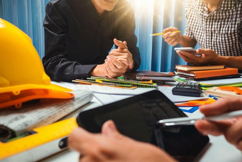 Groepswerk van de werkende vergadering van de bedrijfsmensencontractant in offic stock afbeeldingen
