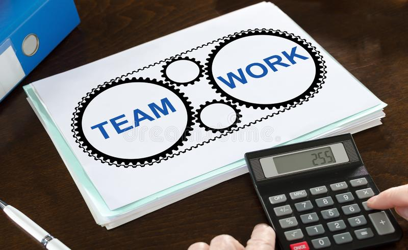 Groepswerkconcept op een document wordt geïllustreerd dat stock afbeelding
