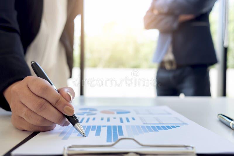 Groepswerkproces, Commercieel team twee discussi van managerscollega's royalty-vrije stock afbeelding