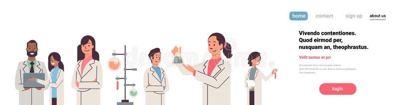 Groepswetenschappers die met microscoop in laboratorium werken die onderzoekman vrouw doen die wetenschappelijke experimenten mak stock illustratie