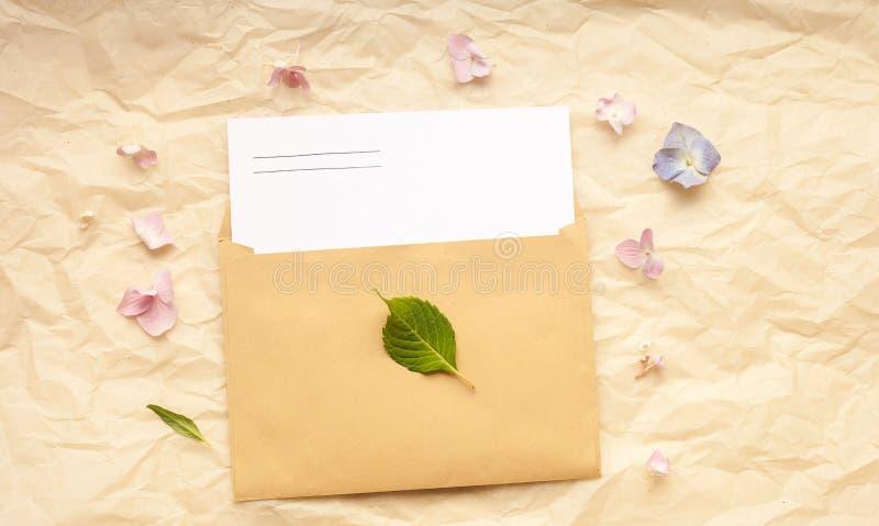 Groetkaart en envelop met hydrangea hortensiabloemen op document achtergrond royalty-vrije stock afbeelding
